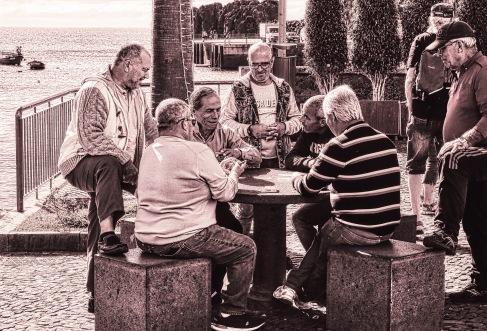 beim Kartenspiel zuschauen - watching the card players